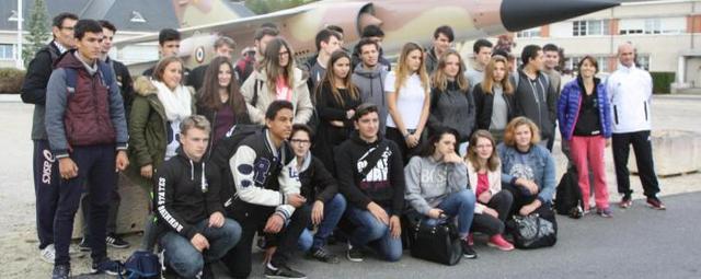 Les jeunes sont accueillis devant la place d'Armes avant de rejoindre le terrain de sport.