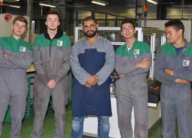Le groupe de « Portugais » dans l'atelier maintenance des équipements industriels lors de la réunion d'information avec les parents des élèves concernés.